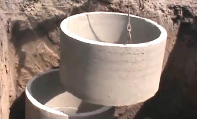 как опустить бетонные кольца в выгребную яму
